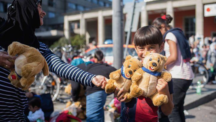 Flüchtlinge in München: Teddybären zur Begrüßung