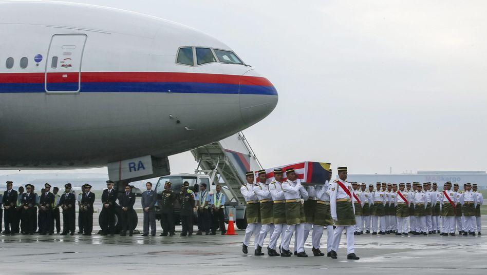 Opfer des Absturzes von Flug MH17: Särge erreichen Flughafen von Kuala Lumpur
