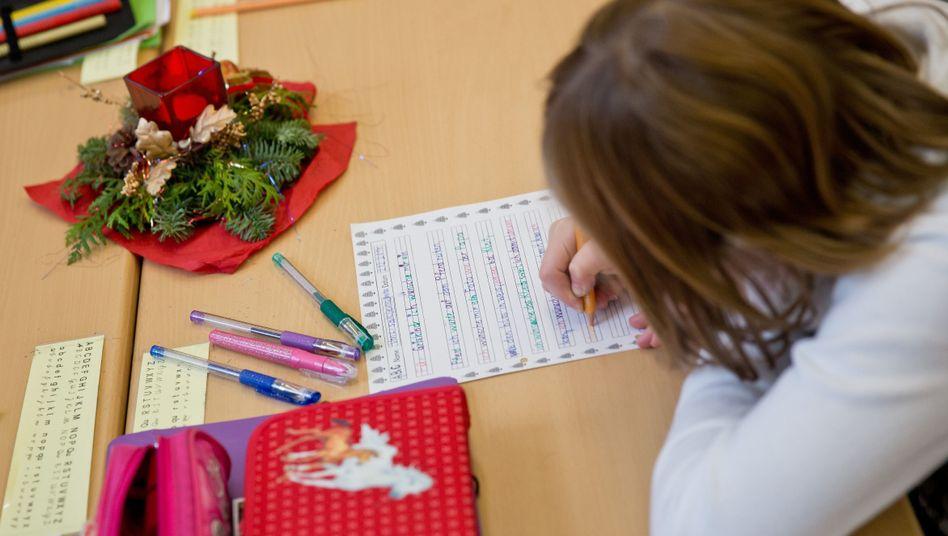 Mädchen beim Wunschzettel schreiben: Viele Kinder von Armut bedroht