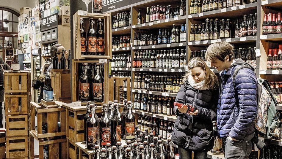 Kunden in Craft-Beer-Geschäft in Hamburg: Mehr als 300 Biere