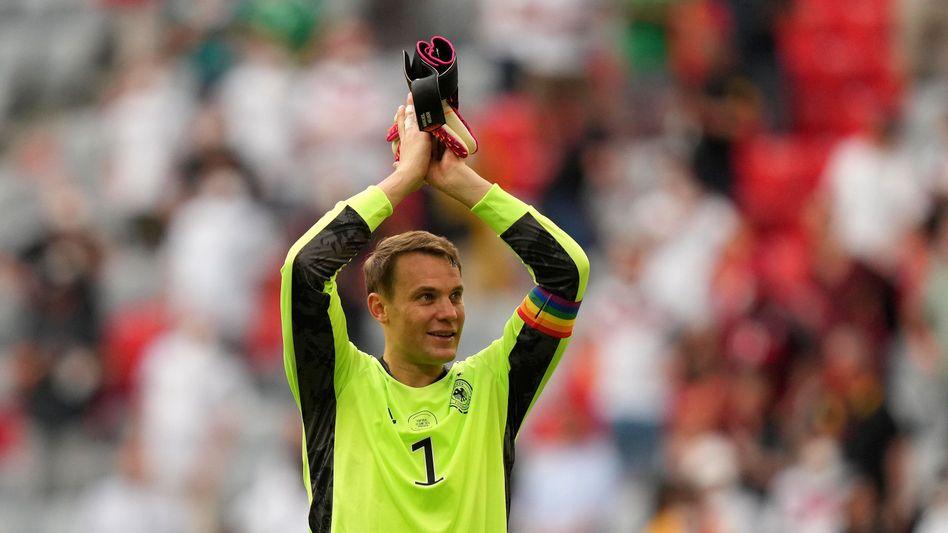 Manuel Neuer feiert den Sieg der deutschen Nationalmannschaft gegen Portugal – in bunten Farben