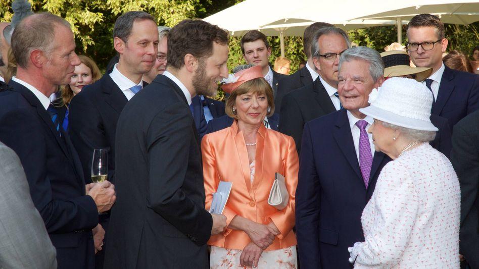 Rechts im Hintergrund - zwischen Altbundespräsident Joachim Gauck und Queen Elizabeth II - steht Enrico Brissa.