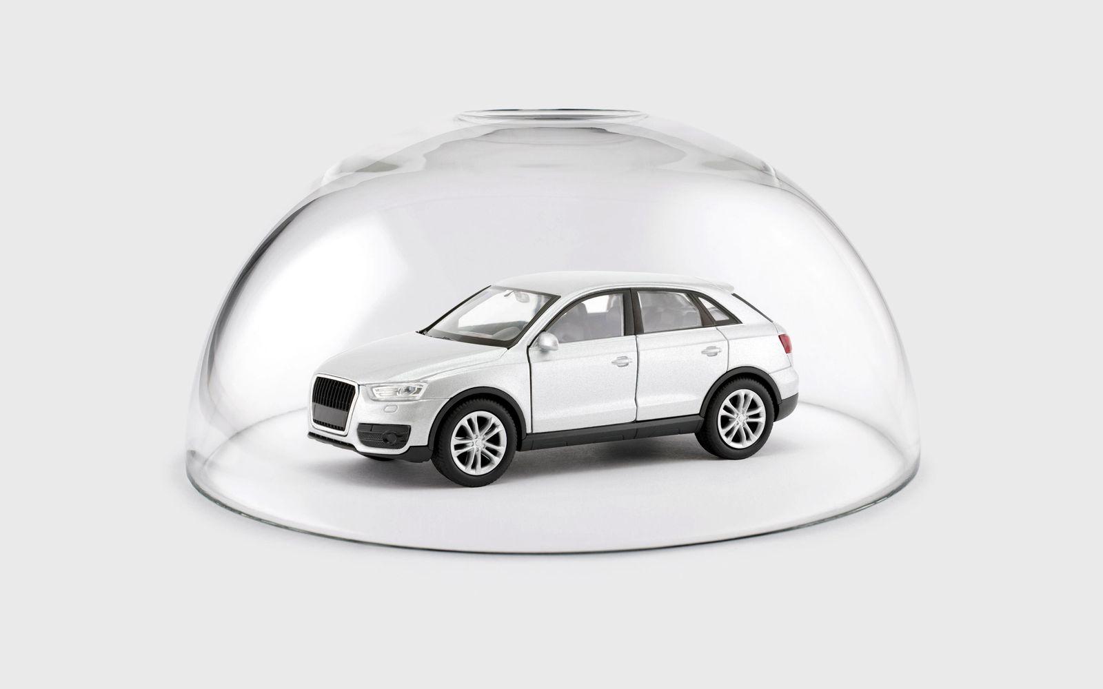 Modern silver car protected under a glass dome PUBLICATIONxINxGERxSUIxAUTxONLY Copyright xsqbackx