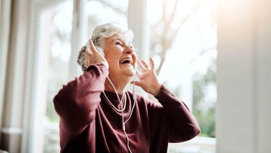 Eine Seniorin hört Musik: ein Moment voller Erinnerungen