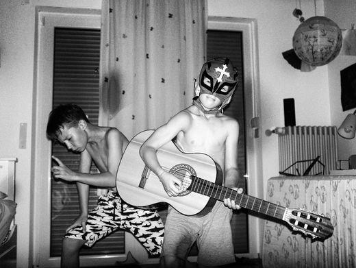 Wenn das Kinderzimmer gerockt wird: Szenen wie diese kennen vermutlich alle Eltern von Jungen, die viel miteinander unternehmen - und sich gemeinsam austoben wollen.