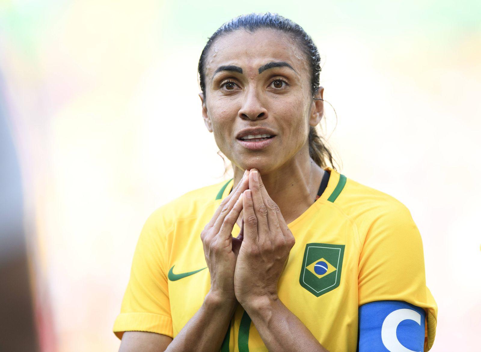 160816 Brasiliens Marta deppar i semifinalen i fotboll mellan Brasilien och Sverige den 16 augusti