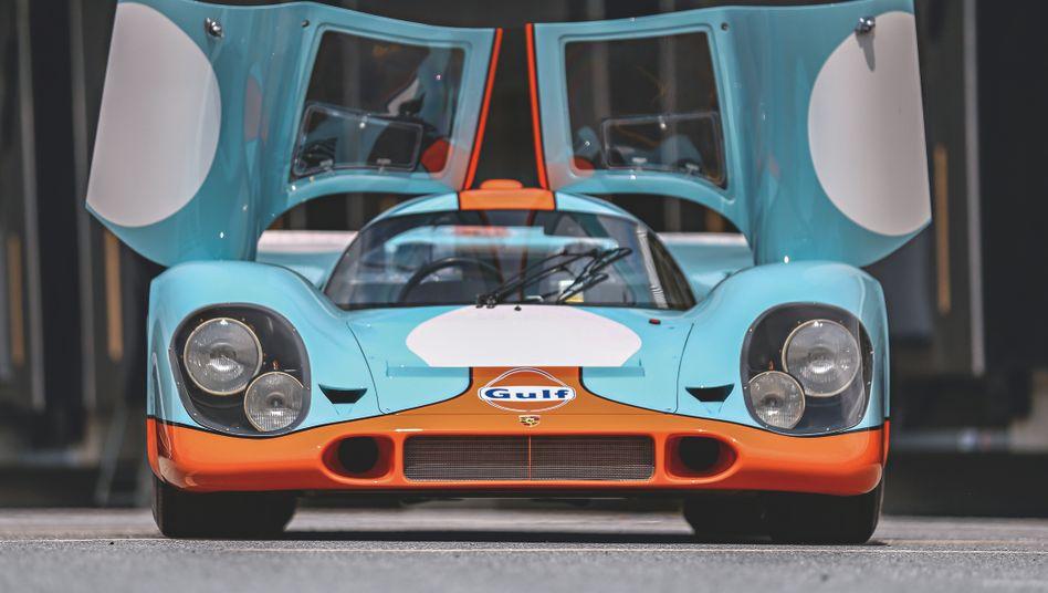 Eines der hundert Autos, dem das Buch »Ultimate Collector Cars« ein Denkmal setzt, ist der Porsche 917 – hier im legendären Gulf-Design