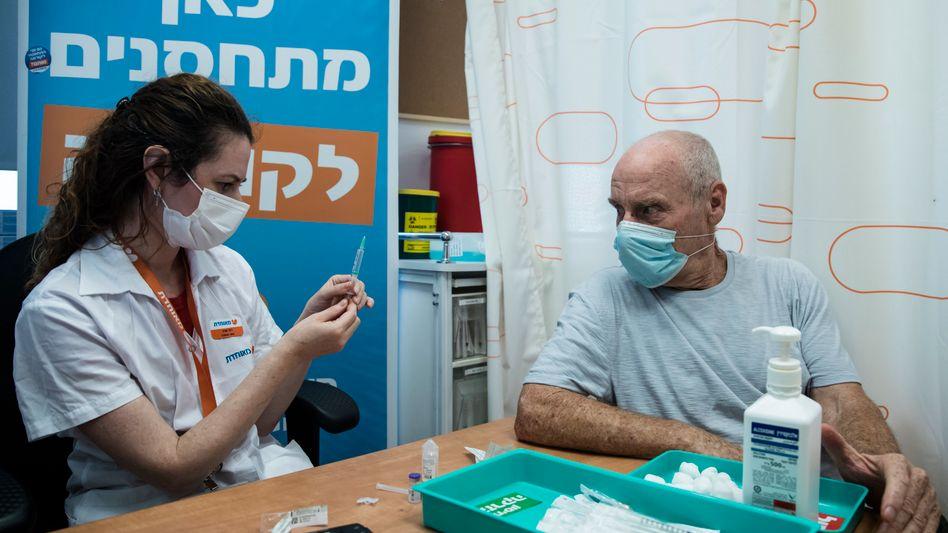 In Israel können sich Menschen ab 60 mit einer dritten Dosis gegen Covid-19 impfen lassen