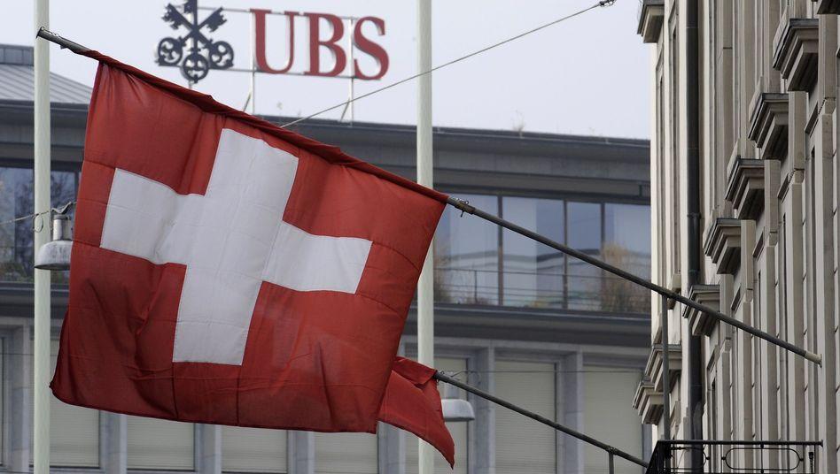 Schweizer Großbank UBS: Das Geldinstitut kämpft noch immer mit Mittelabflüssen