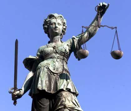 Justitia: Abwägen ist ihre Aufgabe - aber weiß sie immer, was sie da wiegt?