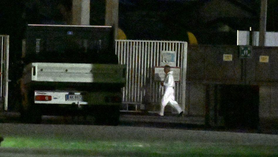Ermittlungen nahe dem Tatort in Gerasdorf, wo der Mann am Samstagabend niedergeschossen wurde