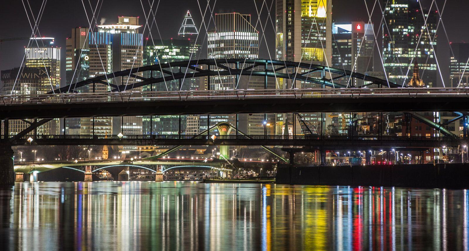 Frankfurt nachts / Hochhauskulisse