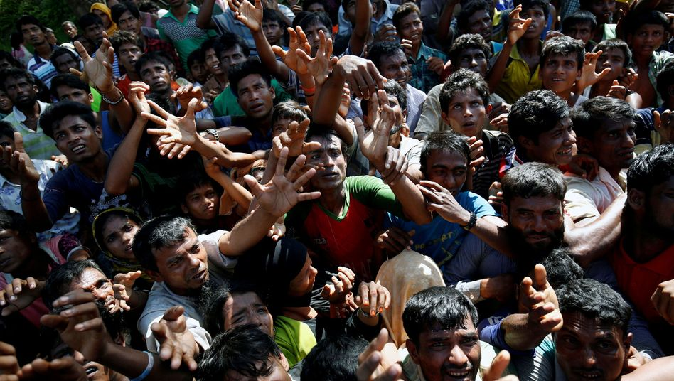 Rohingya warten in Bangladesch auf Lebensmittel