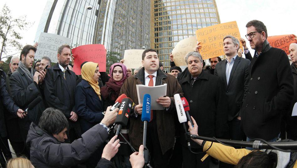 Ditib-Vertreter Süleyman Kücük (M.) in Berlin: Den Angriffen nicht nur mit Worten begegnen
