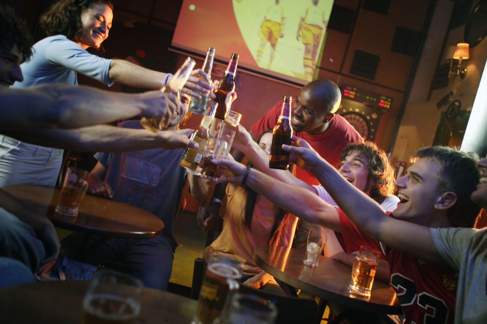 NICHT MEHR VERWENDEN! - KaSP Kneipe Bier anstoßen SYMBOLBILD