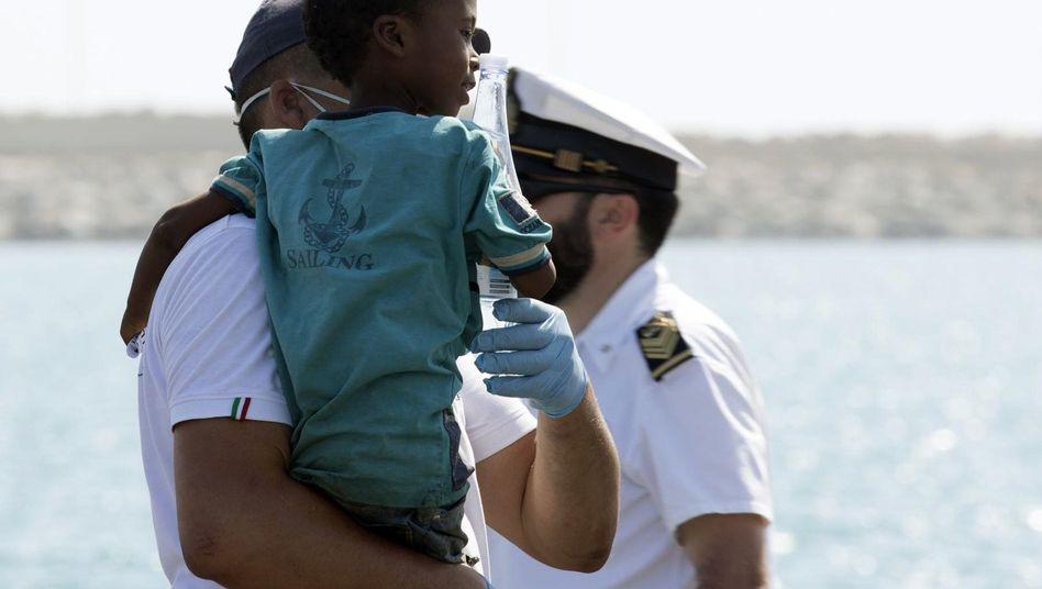 Ein Kind wurde schon am Sonntag in Pozzallo, Italien, an Land gebracht, in der Nacht folgten 450 weitere Bootsflüchtlinge