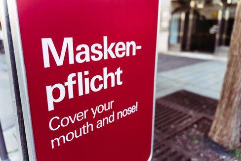 Ein Schild weist auf die Maskenpflicht hin