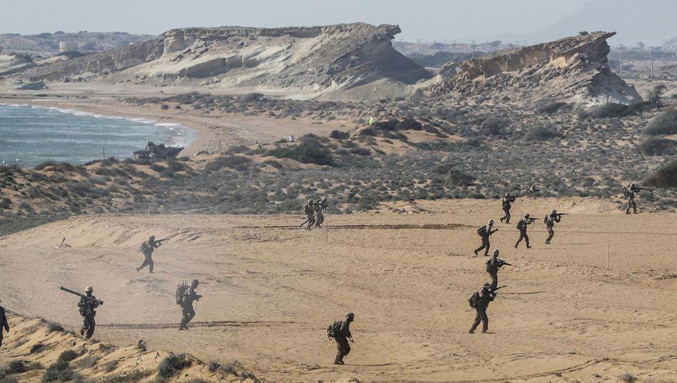 Truppen der Revolutionsgarden (IRGC) auf der Insel Gheschm
