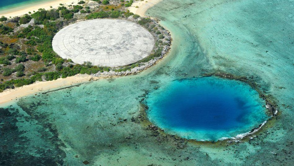 Eniwetok-Atoll: Der Betondeckel (oben links) soll radioaktive Substanzen einschließen