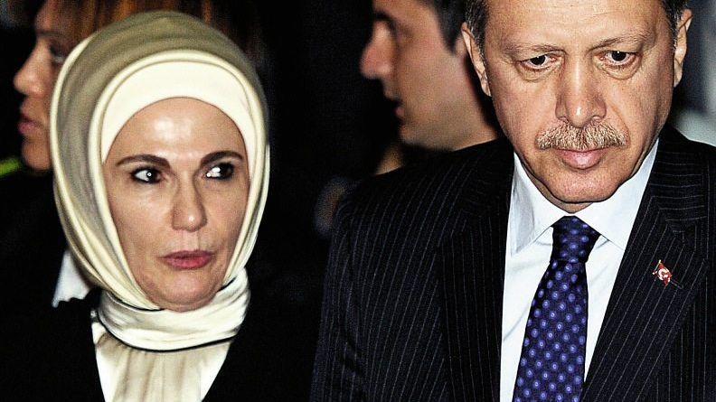Regierungschef Erdogan mit Ehefrau: »Wir werden eine religiöse Generation heranziehen«