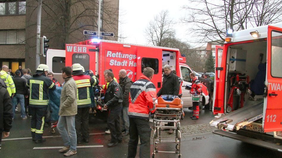 Rettungskräfte vor dem Amtsgericht Hameln: Großeinsatz nach tödlichem Sturz