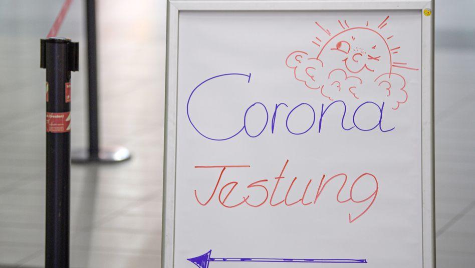 Wegweiser zu Corona-Test am Dresdner Flughafen