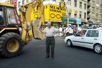 """""""Eine Welle der Menschlichkeit"""": Peter Abeles, eigentlich Professor an der Columbia-Universität, regelt den Verkehr in New York"""