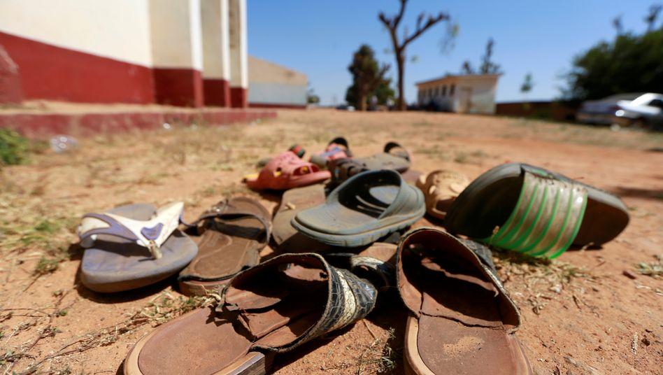 Zurückgelassenes Schuhwerk nach einem Überfall auf eine nigerianische Schule (Archivbild)
