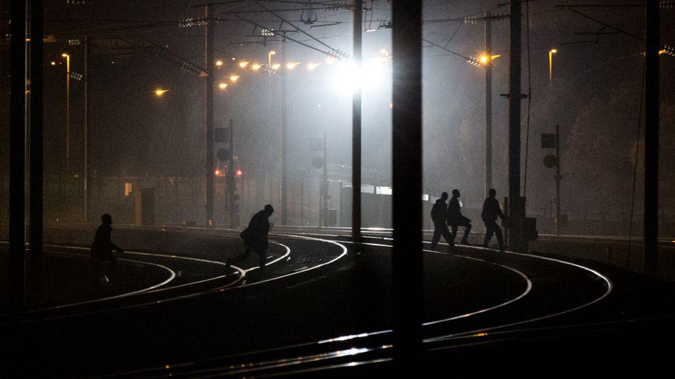 Zugverkehr unterbrochen: Mehr als hundert Flüchtlingedringen inEurotunnel ein