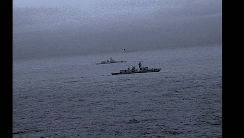 """Das britische Kriegsschiff """"HMS St Albans"""" eskortiert die russische Fregatte """"Admiral Gorschkow"""""""