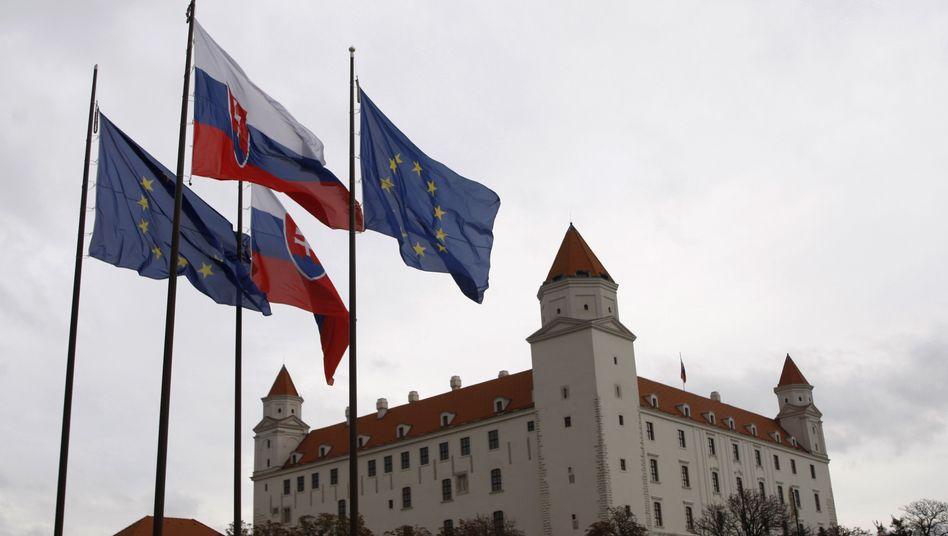 Fahnen der Slowakei und der EU in Bratislava: EFSF scheitert im ersten Versuch