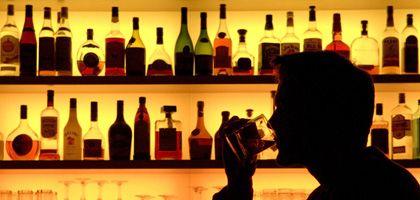 Ein Glas Whiskey an der Bar: Die Drogenbeauftragte Bätzing will Unterricht gegen Alkohol