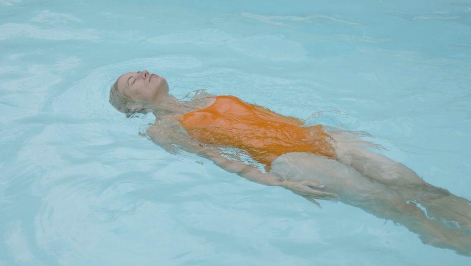 """Nina Schwabe in """"Ein Fisch, der auf dem Rücken schwimmt"""" von Eliza Petkova"""