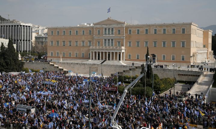 Demonstranten vor dem Parlament