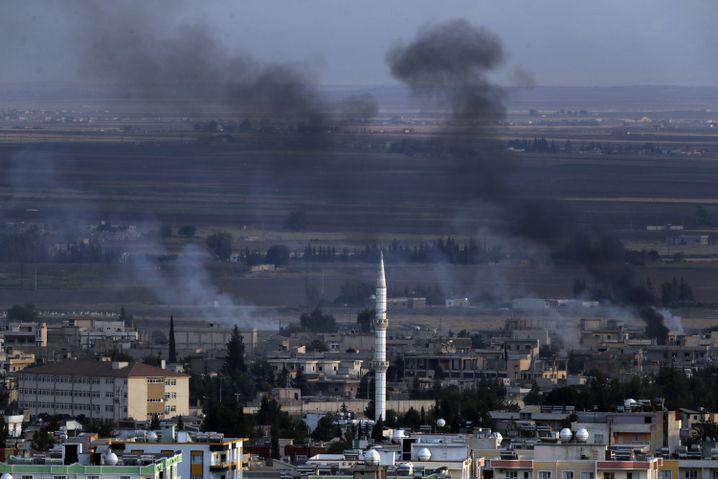 Rauch über Ras al-Ain: Wie sicher sind die IS-Gefangenenlager in Nordsyrien?