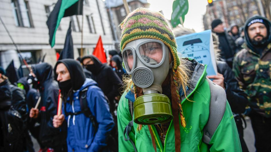 Gasmasken gegen verdreckte Stadtluft: Corona und Klimakrise haben einiges gemeinsam, meint die UN-Klimachefin Espinosa