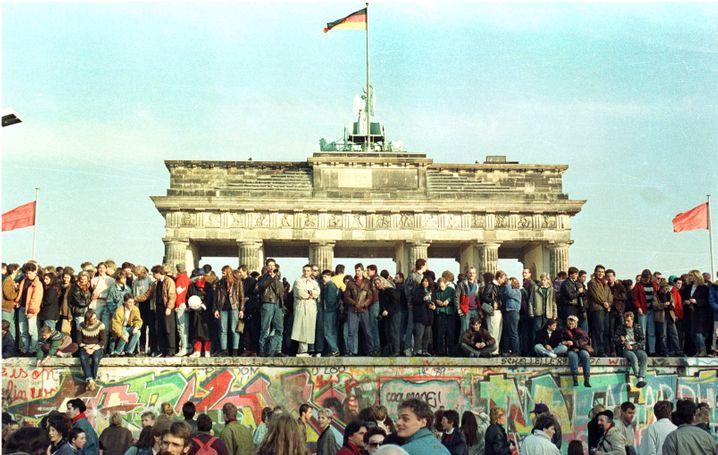Ende der Teilung: Berliner auf der Mauer im November 1989