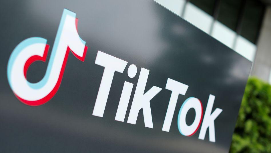 TikTok-Logo an einem Bürogebäude in Kalifornien