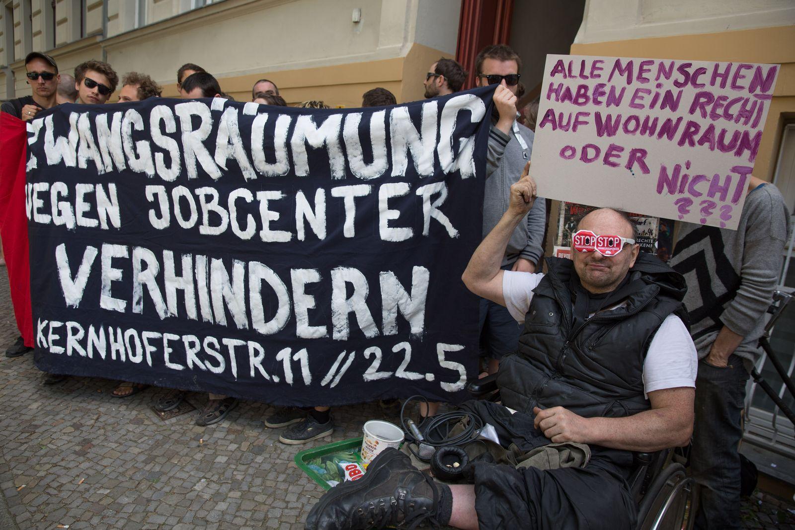 EINMALIGE VERWENDUNG Protestler verhindern Zwangsraeumung in Berlin-Lichtenberg