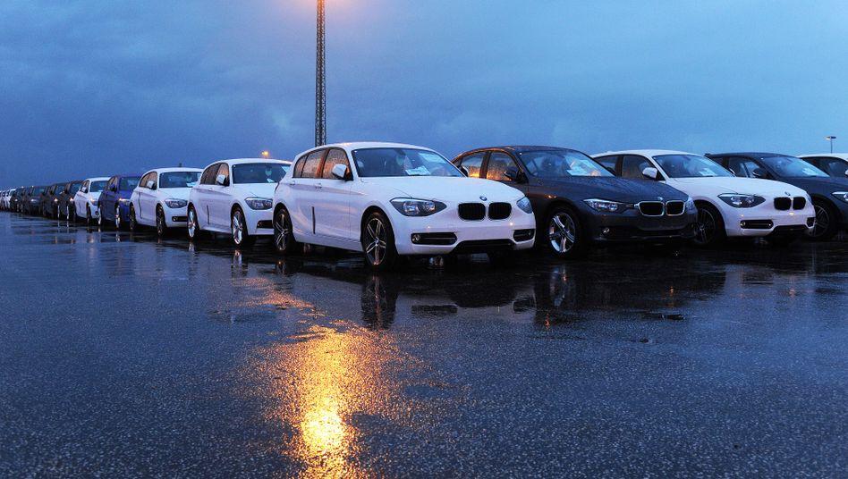 BMW-Neuwagen auf der Pier des Hafenterminals von Cuxhaven