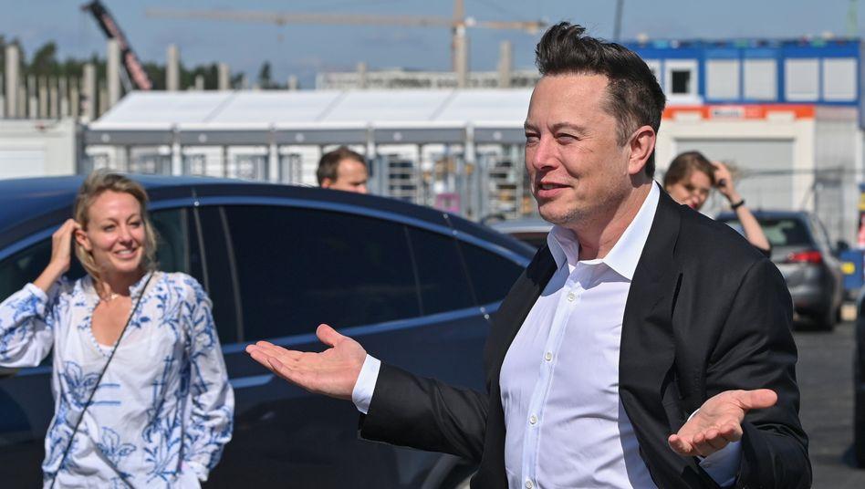Tesla-Gründer Musk beim Besuch der Gigafactory in Grünheide (Brandenburg)