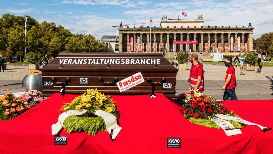 Symbolisch schon tot: Protest von Veranstaltern in Berlin