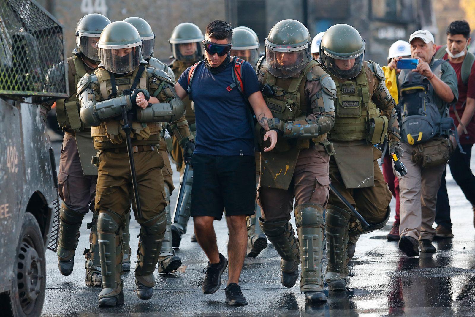 Demonstrations Resurface in Santiago Despite the Coronavirus Emergency