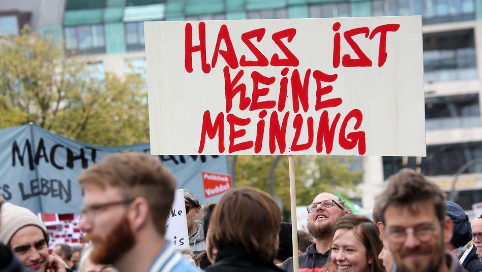 Am 29.09.2018 ziehen Teilnehmende einer Demonstration gegen Hass im Netz durch Hamburg