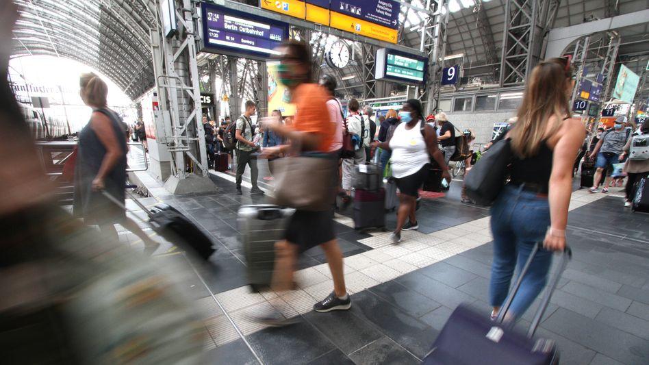 Reisende am Frankfurter Hauptbahnhof