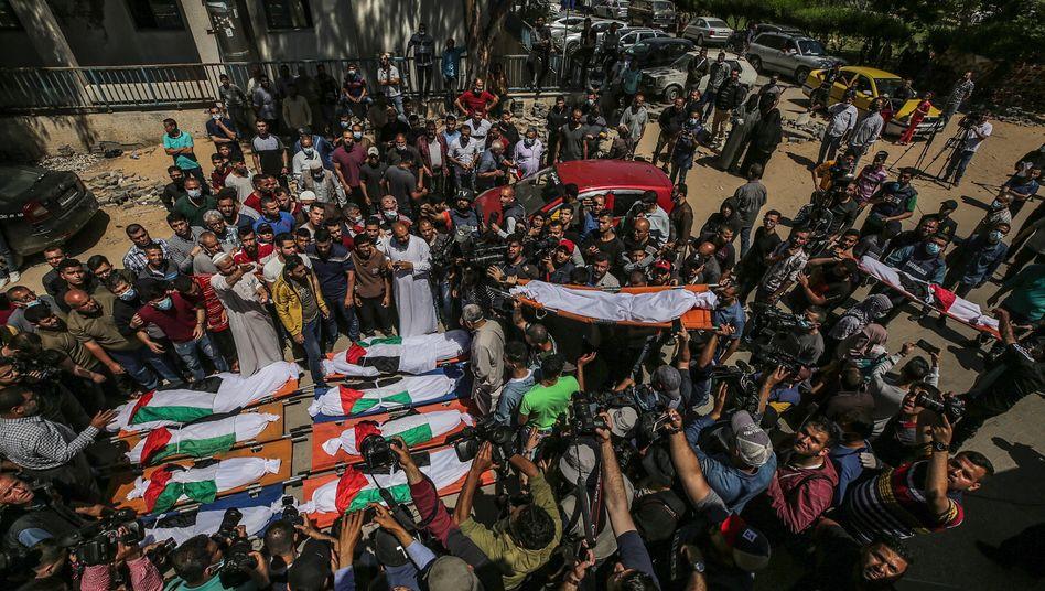 Palästinenser trauern bei der Beerdigung von zehn Todesopfern am Samstagmorgen