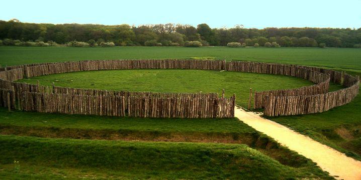 Rekonstruiertes Sonnenobservatorium: Ein Graben, zwei Palisadenringe