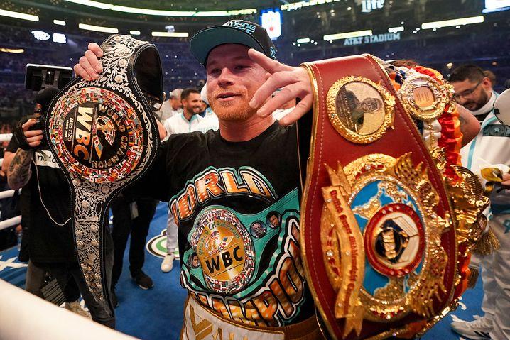 Gürteltier Álvarez: Weltmeister nach Version der WBA, WBC und WBO