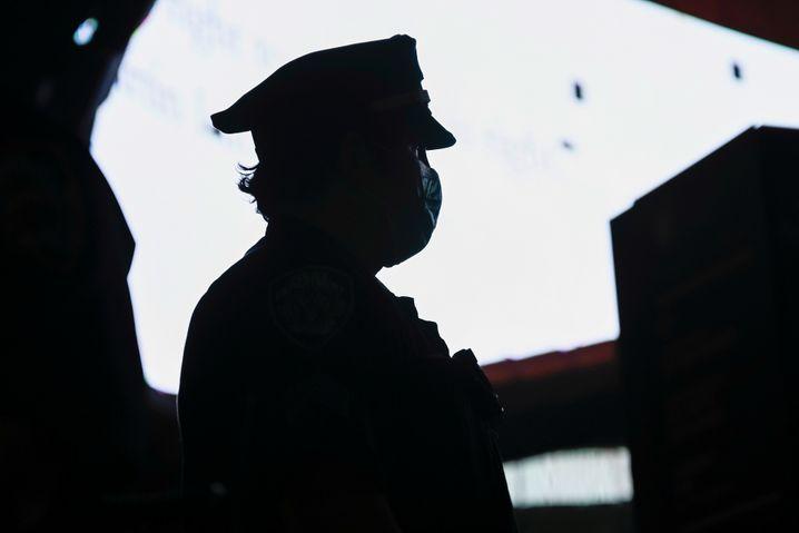 Polizist bei einem Protestmarsch in New York