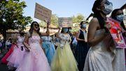 Protest im Prinzessinnenkleid und mit Planschbecken